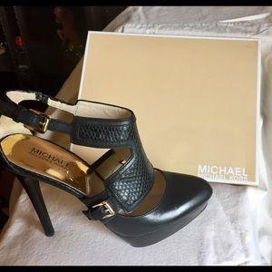 ❤️MICHEAL KORS❤️NIB beautiful black heels. Love🌹